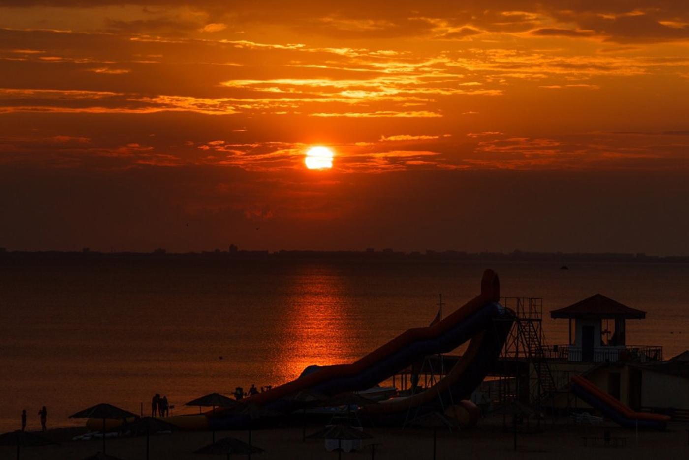 Закат на пляже саки прибой